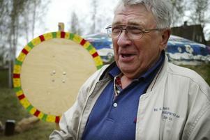 Hjälparbetare. Lennart Eriksson skötte chokladhjulet för att skänka pengar till en internatskola i Lettland.