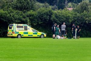 En nackskada på en Ångespelare gjorde att matchen på Åkreäng fick avbrytas. Ambulans tillkallades från Östersund.Enligt uppgift hade spelaren klagat på nackbesvär redan innan matchen och efter en närkamp blev besvären riktigt akuta.