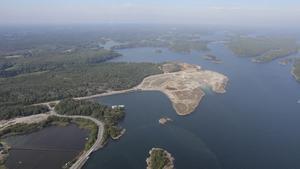 Arbete pågår. Ytskiktet är rensat på skog och marken förbereds för bygget av storhamnen i Norvik.
