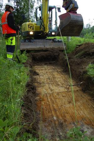 Sökschaktgrävning. Britt-Marie Hägerman, arkeolog vid Dalarnas museum letar spår efter människor i marken vid Moraparken. Foto:Dan Havemose