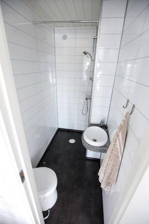 Husbåten har dusch och toalett med slutet avloppssystem. Den är förberedd för att kunna tömmas i gästhamnar.