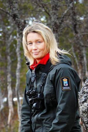 """""""Jag förstår inte hur man som skytt slänger iväg skott mot springande björnar. Det tyder på dåligt omdöme och detta har hänt ett flertal gånger i år"""", konstaterar Jessica Backeryd, naturvårdshandläggare på länsstyrelsen. Foto: Länsstyrelsen"""