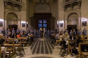 Östersunds Motettkör sjunger i mässan vid altaret längst fram i Peterskyrkan. Altaret kallas