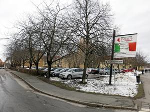 Bilar bort. När Mimer bygger bostäder på parkeringstomten måste p-platser ordnas på annat sätt, troligen på andra sidan Kopparbergsvägen.