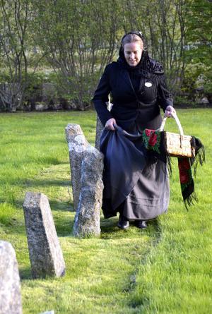Catrin Bertlin som Selma Nasielsky på den judiska kyrkogården.