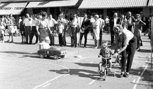 1969. Polisen lärde unga förmågor hur man kör bil.
