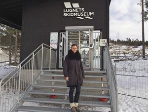Liselotte Jonsson framför entrén till bergbanan, som också är entrén till det nya VM-museet i det stora hopptornet. Intresset för bergbanan och museet har varit stort under det första året.