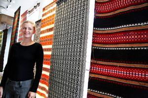 Karolina Nätterlund har haft många besökare som kommit in för att titta på de vackra textilierna som just nu visas på Designcentrum på Färjemansgatan i Östersund
