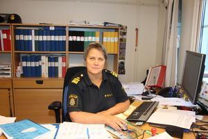 Lokalpolisområdeschef Agneta Kumlin anser att hon snart inte kan ta ansvar för den situation som hennes lokalpolisområde befinner sig.  Många nya poliser behövs akut både i ingripandeverksamheten och på utredningssidan. Men om tjänsterna kommer att återbesättas i besparingstider är oklart.