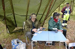 Full fart.Paton-utlämning och resultat-räkning. Funktionärerna från Åsbro jaktskytteklubb hade fullt upp.