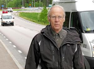 Obehagligt. Som gående vill Bengt Andersson slippa ha bilar i ryggen när han går längs Järnbruksgatan.Foto: Yngve Fredriksson