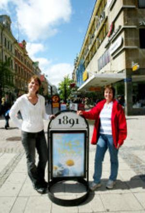 Väggskyltar och de specialbyggda skyltarna med sarg nertill är de enda som kommer att tillåtas i framtiden. För butiksägarna i stans gallerior gäller gemensamma informationsväxlare. På Stan Citybolagets Ulrica Edström och stadsarkitekten Anita Edlund tror att de nya reglerna är en bra lösning.
