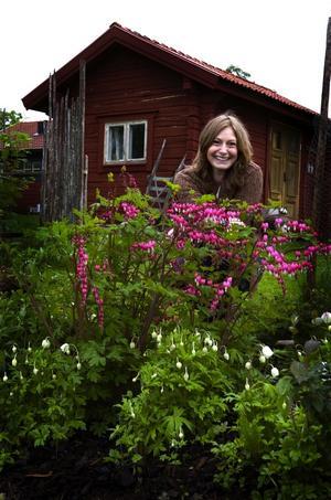 Skira löjtnantshjärtan vill Karin inte vara utan i sin trädgård. I bakgrunden verkstaden där hon tillverkar krukor och trädgårdsprydnader i betong.