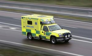 Allt fler ambulanser är upptagna med att köra patienter mellan sjukhusen.