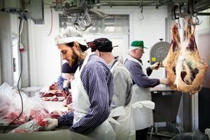 I dag är det styckning och paketering på Rafnaslakt; närmast i bild jobbar Joakim Johansson med paketering av köttfärs.