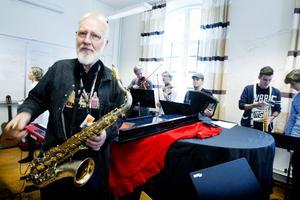 Bertil Fält har undervisat i musik sedan hösten 1975 med undantag av ett år när han studerade. Men när nya lärarlegitimationen nu införs duger inte hans meriter. Gymnasieläraren har fått avslag på sin ansökan.