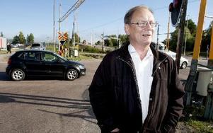 Kurt Josefsson, som i höstas pensionerades från ABB efter att ha varit anställd i flera decennier, har länge retat sig på bom-eländet. Men nu ska det ha skett en markant förbättring efter att Trafikverket ändrat bomrutinerna vid tågmöten. Foto: Peter Ohlsson/DT
