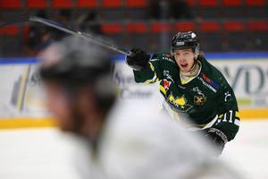 – Axel gör det bra och växer in successivt i truppen och laget, berömmer hans tränare i ÖIK, Charles Franzén.