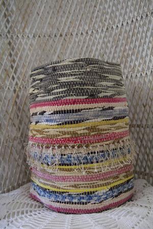 En bild i en tidning inspirerade till papperskorgarna av trasmattor.