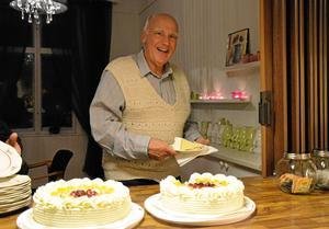 Först på tårtan. Rolf Iversen var en av de Ullersäterbor som firade att han nu fått fiberanslutning till bostaden.