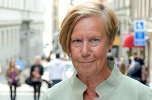 Barbro Hedvall skriver initierat om klädkoder hos maktens kvinnor och män.Foto: Allan Seppa