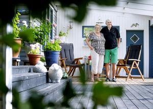 FRONT. På verandan huserar några prydnadsfår och en groda. Ann-Marie tycker om blommor och har drivit upp alla pelargoner från start. Verandan har Lasse byggt.