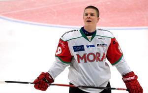 Christoffer Rasch, 18-åring från Norge som gör tredje året på hockeygymnasiet i Mora, gjorde en mycket överraskande A-lagsdebut i lördagens match mot Troja. Bilden är från januari, då Christoffer gjorde comeback på isen efter ryggproblem. Efter FM Mattsson Cup kom ryggproblemen tillbaka, men i dag känner han sig helt frisk tack vare hjälp från en läkare i Norge som använder sig av naturmedicin.