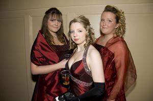 Isabella Sandberg, Elisabeth Envall och Johanna Eriksson i färgmatchade klänningar.