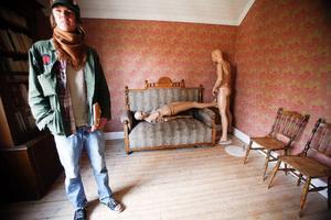 Andreas Englund i den lägenhet som förri tiden beboddes av lärarinnan. AndreasEnglund är en av ensemblens två musiker.
