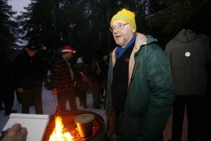 Lars Lindblom har i 25 år hållit i trådarna. I bakgrunden Björn Magnusson som delar ut korv till glada och hungriga besökare.