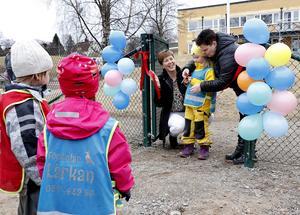 Tilda Gustavsson som tillbringar sina dagar på förskolan Lärkan fick äran att klippa bandet vid invigningen av de ombyggda och renoverade lokalerna. Till sin hjälp har hon Ann Eriksson, vd för Statans bostadsomvandling, och kommunalråd Annalena Jernberg (S).