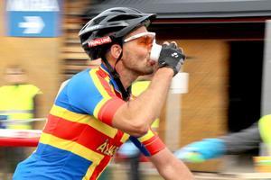 Johan Pettersson från Åland dricker i farten
