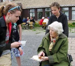 Iris Pellving serveras kaffe av Felicia Pellving och Torbjörn Roos från Vallaskolan klass 7.