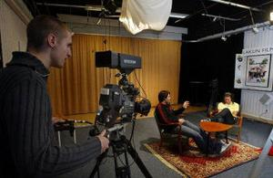 Bakom filmkameran finns Kim Jerbo och framför sitter Josip Koscic och Julia Blixt. De tränar på ljussättning inför nästa veckas provsändning.