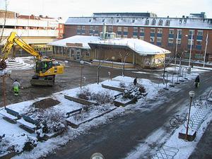 Det är den 3 november 2008 och grävskoporna har körts in för att riva
