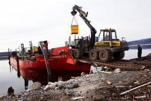 Den största pråmen längs Norrlandskusten har lånats från Piteå för att frakta maskiner ut till öarna, den ska sedan ta in virket till hamn. Allt arbete måste bli klart i maj för sedan är pråmen bokad på annat håll.