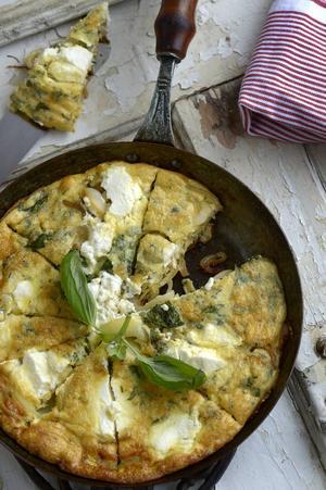 Frittata med massor av lök, är lika med italiensk omelett med massor av smak.   Foto: Janerik Henriksson/TT
