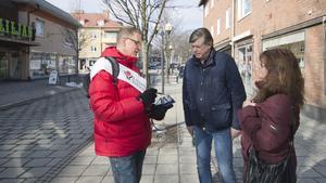 Jan Andersson och Marianne Larsson delade med sig av sina åsikter till landstingspolitikern Dennis Nilsson (S), som kom till Fagesta i lördags. Besöket var ett led i landstingets medborgardialog om framtidens vård. Cirka 1200 länsbor har deltagit hittills.