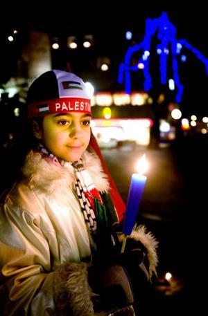 """HEDRADE OFFREN I GAZA. Nioåriga Donnia Salem var med på Stortorget och tände ljus i måndagskväll. """"Jag kommer själv från Palestina. Det är hemskt att människor dödas i Gaza."""""""