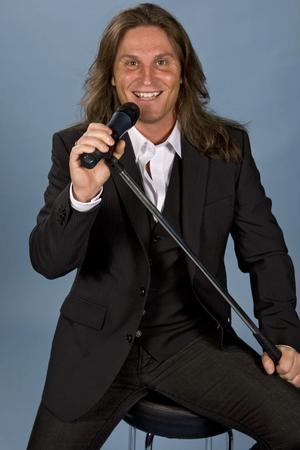 Stjärnskottet Martin Häggström från Söråker ska vara med på showen The Highway to Vegas. Han sjunger bland annat sin egen låt En väg tillbaks.Foto: Programbolaget