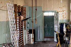 Kapprummet och den gamla gymnastiksalen där ribbstolarna fortfarande hänger kvar.