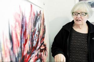 Gunnel Lundholm vill få fram musikalisk rörelse och rytm i sitt måleri, och det tycker Linda Petersson att hon lyckas alldeles utmärkt med.