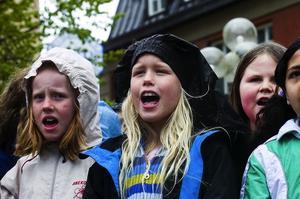 """Regnbyxor. När regnet började ösa drog Tilda Hjälm regnbyxorna över huvudet. """"Jag hade inget annat"""