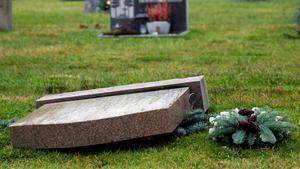 Någon har vält två gravstenar på Skogsborgskyrkogården i Arboga och rört till vid flera gravar. Detta är en genrebild.  Foto: Adam Ihse/tt.
