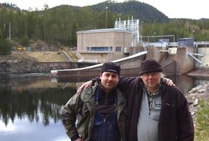 Fiskväg. Per Leandersson, till vänster, och Håkan Bertals är två av de fyra som nu uppmanar älvdalingarna att kräva fiskvägar förbi kraftverken i stället för kompensationsfisk, som kraftbolagen vill ha. På så vis kan Siljansöringen åter vandra upp i Österdalälven och Rotälven, menar de. Här är de vid Väsa kraftverk.