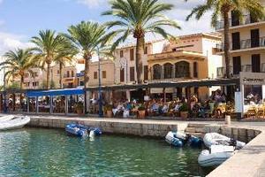 Port de Andratx med sin exklusiva marina är charternyhet på Mallorca.Foto: Eric Josjö