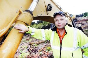 Kjell-Arne Persson gillar jobbet som grävmaskinförare med eget företag.