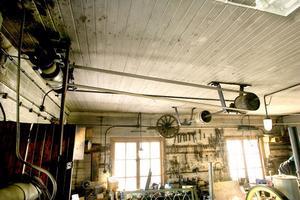 Remmar i taket och elmotorer var till stor hjälp vid monteringen av T-Fordarna. Remdriften fungerar än i dag!
