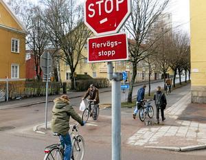 Fritt fram? Nej, i korsningen Karlsgatan-Östermalmsgatan måste även cyklister stanna vid stoppskylten.