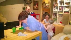 Terese Eidenmark får avslappnande massage av doulan Knapp Britta Eriksson, under inseende av dottern Lovis och sambon Christer.